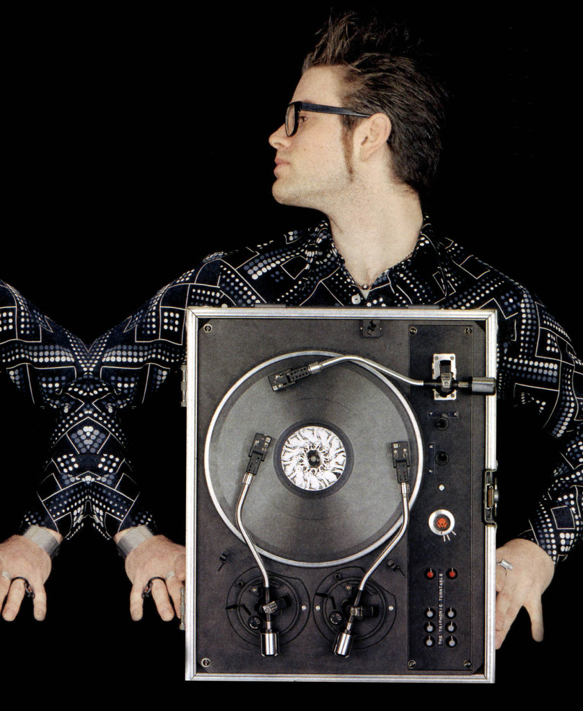 Janek Schafer z jego instalacją: The Tri-phonic Turntable (1997)
